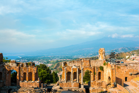 Ancient greek amphitheatre in Taormina city and mountain Etna in the back, Sicily island, Italy Banque d'images
