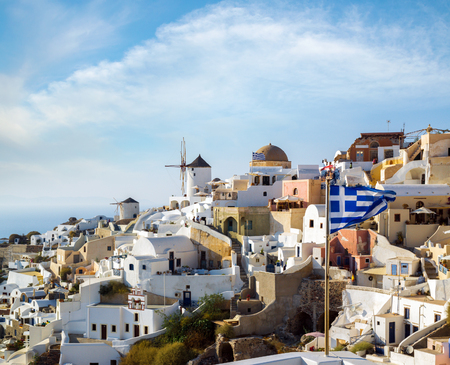 Windmills of Oia village at sunny day, Santorini island, Greece Banque d'images