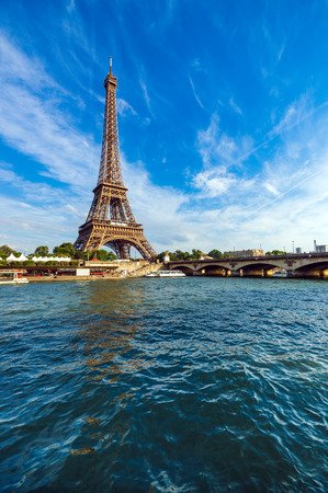 Eiffel Tower and Seine river with puffy clouds, Paris, France Banque d'images