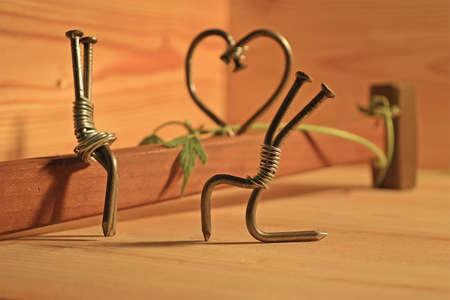 perdonar: miniatura de clavos y un martillo que simboliza el amor Foto de archivo
