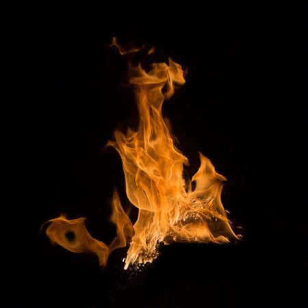 llamas de fuego: llamas de fuego aisladas sobre fondo negro Foto de archivo