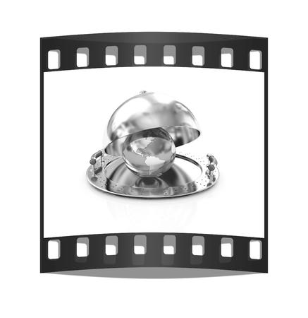 soumis: globe terrestre sur le plat de plateau glacé sous un couvercle sur un fond blanc. La bande de film Banque d'images
