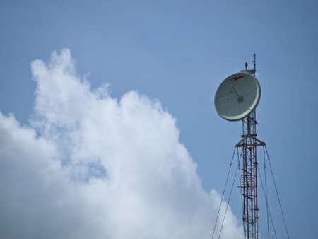 antena tour sur fond de ciel bleu