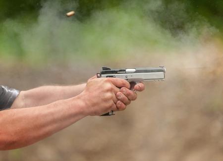 屋外の射撃場で男