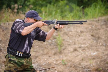 hombre disparando: Hombre en Formación Escopeta de disparo, al aire libre Campo de Tiro Foto de archivo