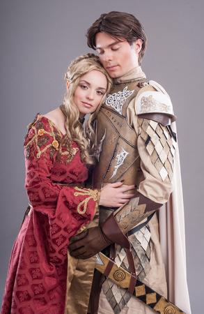 mediaval: Amantes medievales. Par de hadas en trajes medievales