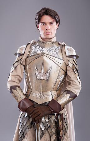 caballero medieval: Caballero medieval en la armadura con una espada Foto de archivo