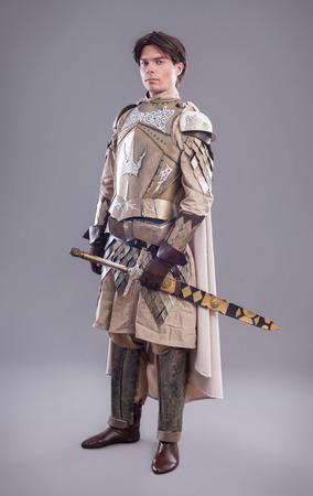 mediaval: Caballero medieval en la armadura con una espada Foto de archivo
