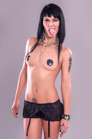 desnudo de mujer: Tattoo Girl con Perforaci�n de la lengua. Agresivo y sexy se�ora tatuaje con piercing en la lengua. Lanzamiento del estudio.