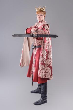 rey medieval: Rey Medieval. Rey medieval con espada y la corona. Joffrey Lannister.