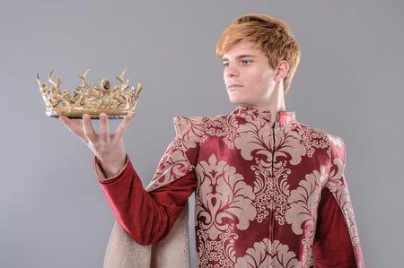 corona rey: Rey Medieval. Rey medieval con espada y la corona. Foto de archivo