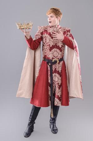 king: Rey Medieval. Rey medieval con espada y la corona. Foto de archivo