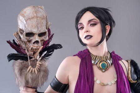 gothic woman: Dark gothic woman. Sexy gothic woman posing with skull.