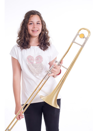 trombon: Adolescente con el tromb�n. Aislado en un fondo gris. Tiro del estudio
