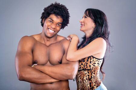 pareja apasionada: Pareja apasionada. Pareja apasionada joven y sexy sobre fondo gris studio
