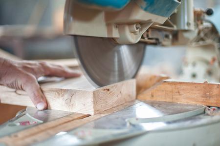 carpintero: Sierra Circular. Carpintero que usa la sierra circular para la madera