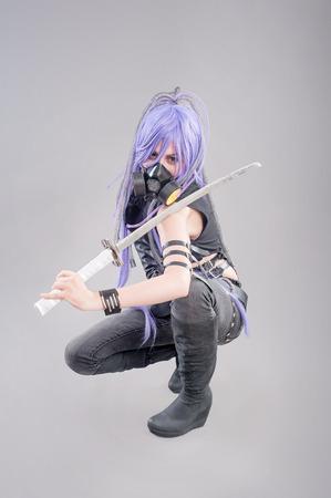 女性ファンタジー戦士。女戦士が剣と灰色の背景に分離した防毒マスク