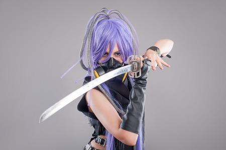 guerrero: Guerrero femenino fantasía. Guerrero femenino con la máscara de la espada y de gas aislado en el fondo gris