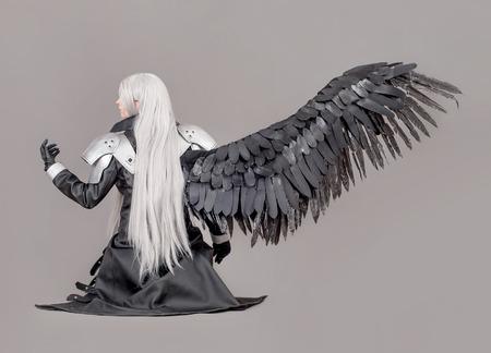 guerrero: Mujer guerrera Fantasía. Guerrero de la mujer con las alas y armaduras aislados en el fondo gris Foto de archivo