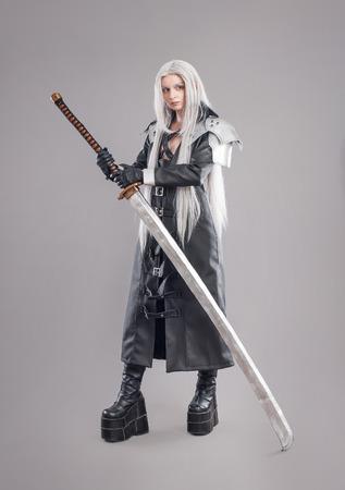 ファンタジー女戦士女戦士剣と鎧は、灰色の背景に分離