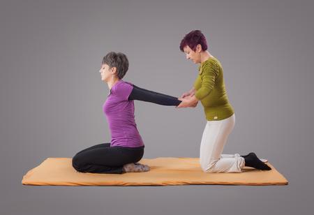 La terapia de masaje Yumeiho. Mujer que consigue la terapia de masaje yumeiho en el estudio