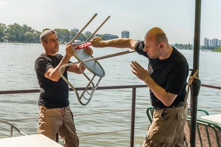 defensa personal: Kapap instructor demuestra t�cnicas de defensa contra un ataque con arma blanca Foto de archivo