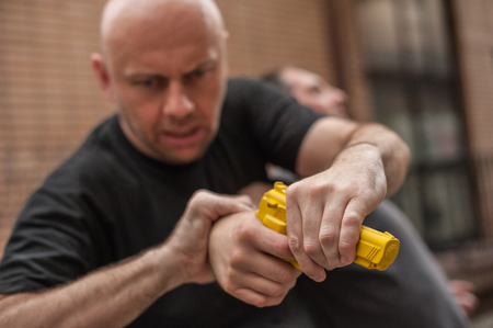 Kapap instructor demonstrates self defense techniques against a gun Stockfoto