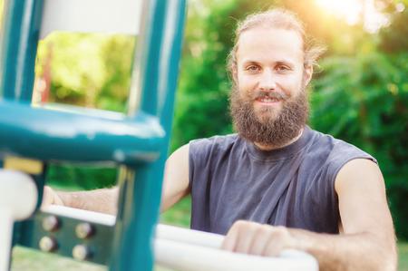 hombre joven haciendo gimnasio al aire libre en verano Foto de archivo