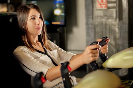 Heureuse jeune femme jouant à des jeux sur la salle de jeux