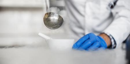 hidrógeno: técnico de laboratorio realiza un experimento con nitrógeno líquido en un mortero de laboratorio con su correspondiente mano y la cuchara cuchara