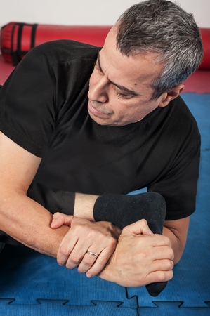 krav maga: apap instructor demonstrates ground fighting techniques with his student Stock Photo