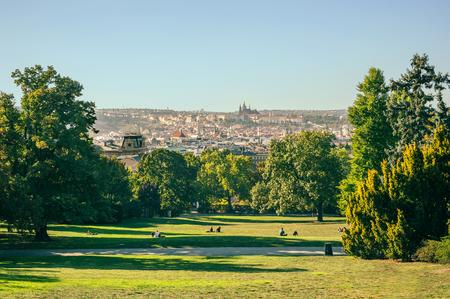 街を見下ろす公園からプラハのパノラマ風景。Riegrovy サディー 写真素材