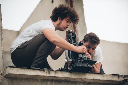 Derrière la scène. Caméraman et assistant de tournage de la scène cinématographique avec caméra en position extérieure Banque d'images - 80898274