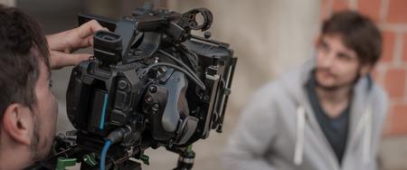 背後にあるシーン。フィルムのカメラの前で俳優は、屋外の場所を設定します。グループの映画のワンシーン