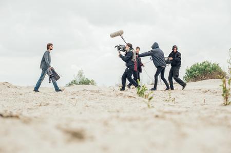 Por trás da cena. Equipe de filmagem equipe filmando a cena do filme no local ao ar livre. Conjunto de cinema em grupo