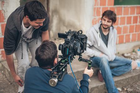 背後にあるシーン。映画の乗組員チームの屋外ロケーションで撮影の映画のワンシーンです。グループ映画セット