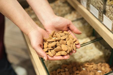 有機アーモンドのクローズ アップ。健康食品成分。バイオ食品のコンセプト