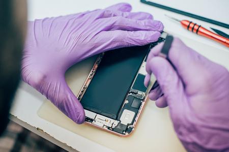 Fehlerhafter Handy des Technikers reparieren im elektronischen Smartphone-Technologieservice. Wartungsingenieur für Mobiltelefontechnologie Standard-Bild