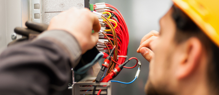 Elektricieningenieur test elektrische installaties en draden op relaisbeveiligingssysteem. Bay-regeleenheid. Middenspanningsschakelapparatuur