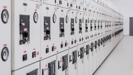 リレー保護システム。ベイコントロールユニット。中電圧スイッチギア。クローズアップ 写真素材