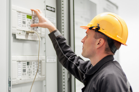 Engineer commissioning bay control unit. Engineering department. Medium voltage switchgear Stockfoto