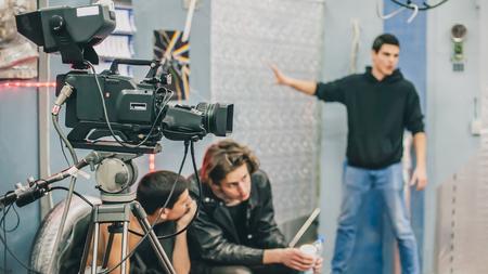 Achter de schermen. Filmploeg team filmscène op studio filmen. Groep bioscoopset