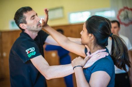 BELGRADO, SERBIA - 05 DE OCTUBRE DE 2018. Alumna practica la técnica de autodefensa de lucha callejera contra agarres y agarres. SEMINARIO DE AUTODEFENSA AVI NARDIA KAPAP