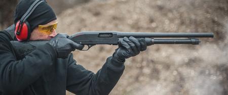 Combat shotgun shooting training. Long gun, pump gun and scattergun action course. Shooting range Stockfoto