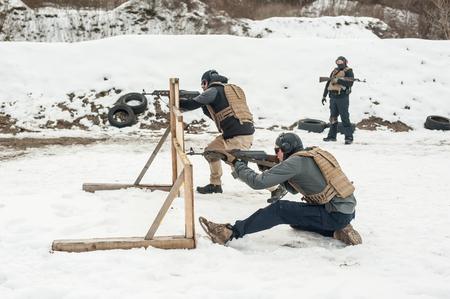 Il tiro all'azione delle forze speciali e l'arma da fuoco difensiva in movimento usano l'addestramento sul poligono di tiro all'aperto. Inverno e neve fredda stagione