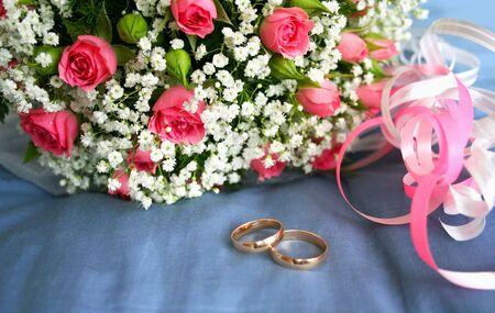 gouden ringen voor een bruiloft boeket rozen