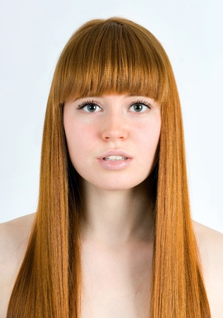 Mooie jonge roodharige vrouw met lang schoonheid steil haar. Geà ¯ soleerd op wit