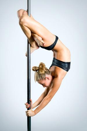 junge nackte m�dchen: Junge sexy Frau Aus�bung Pole Dance vor einem grauen Hintergrund Lizenzfreie Bilder