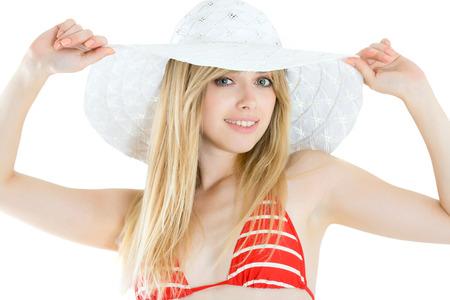 Portret van mooie vrolijke vrouw, gekleed in rode zwembroek en strohoed in het zonnige warme weer dag