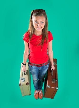 mujer con maleta: hermosa tur�stica con maleta de la vendimia Foto de archivo